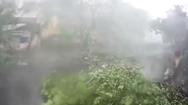 Video: Khoảnh khắc kinh hoàng gió lốc thổi bay mái nhà lên không trung
