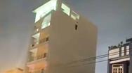 Video: Phát hiện người đàn ông treo cổ lơ lửng trên bờ tường căn nhà cao tầng