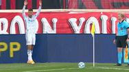 Video: Pha đá phạt góc bóng xoáy vào góc chết của khung thành ghi bàn thắng đẹp mắt
