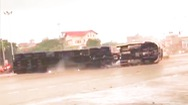 Video: Khoảnh khắc xe container lật trên đường phố