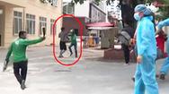 Video: Tài xế xe ôm công nghệ cầm gạch, dao chém nhau tại Bệnh viện E