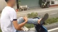 Video: Thanh niên không đội mũ bảo hiểm, dùng chân điều khiển xe máy