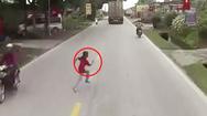 Video: Bé gái chạy qua đường trước đầu xe tải