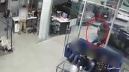 Video: Cha lấy thân mình che chắn cho con khi nghe có tiếng súng nổ