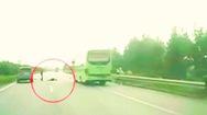 Video: Băng qua đường cao tốc người phụ nữ bị xe tông trọng thương