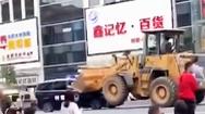 Video: Tài xế dùng xe máy xúc húc vào xe cảnh sát