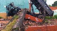 Video nóng: Cổng nhà đổ sập đè tài xế xe ben tử vong