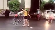 Video: Cô gái dừng xe giữa ngã tư nhảy múa, bất chấp xe cộ qua lại