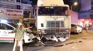 Video: Xe container húc sập dải phân cách, rồi tông vào 2 ôtô
