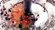 Video: Du khách thích thú tắm trong 'nồi lẩu' siêu cay khổng lồ