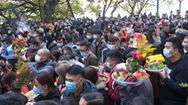 Video: Phủ Tây Hồ ken kín ngày đầu tháng chạp, nhiều người không đeo khẩu trang