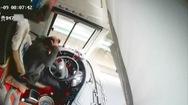 Video: Tài xế cố gắng dừng xe chở khách an toàn khi bị tấn công bằng búa