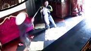 Video: Kinh hoàng thanh niên vác rựa xông vào nhà hàng xóm chém loạn xạ