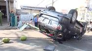 Video: 2 ô tô tông nhau lật chổng vó ở bùng binh, 6 người bị thương