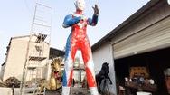 Video: Người đàn ông làm siêu nhân khổng lồ từ lốp xe cũ