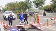 Video: Xe tải kéo sập barie đè xe máy, hai người suýt gặp 'đại nạn'