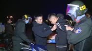 Video: Nhiều thanh niên chạy lạng lách, đánh võng, ném gạch, đá vào cảnh sát