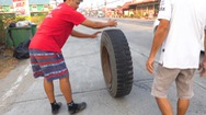 Video: Khoảnh khắc hai bánh của chiếc xe tải văng ra ngoài