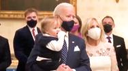 Video: Tổng thống Joe Biden bế cháu nội nhảy theo nhạc tại Nhà Trắng