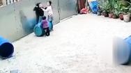 Video: Bé trai suýt mất mạng vì chơi trò 'thắt dây vào cổ'