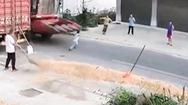 Video: Cháu bé chạy sang đường bị xe máy gặt cuốn vào gầm