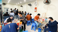 Video: Hàng quán ở Hà Nội đông khách, xe buýt thưa người trong ngày đầu hoạt động lại