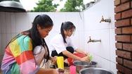 Video: Nỗ lực theo đuổi ước mơ đại học của hai cô gái nhỏ mồ côi
