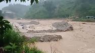 Video: Đang mưa to gió lớn ở miền Trung, nước đổ cuồn cuộn cuốn 2 người mất tích