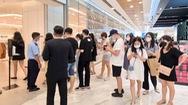 Video: Nhiều người trẻ ở TP.HCM xếp hàng 3 nơi mới mua được chiếc áo