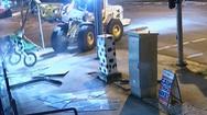 Video: Cảnh sát truy đuổi tên trộm lái xe nâng hạng nặng phá cửa hàng, trộm 2 mô tô