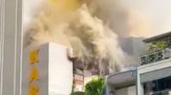 Video: Quán karaoke ở quận 10 mở cửa dọn dẹp bị chập điện gây cháy