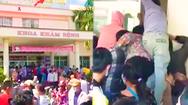 Video: Người dân kéo đến trung tâm y tế huyện ở Vĩnh Long tranh nhau tiêm vắc xin