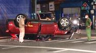 Video: Ôtô mất lái tông gãy cột điện, lật ngửa khiến nhiều hộ dân bị mất điện