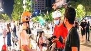 Video: Ghi hình, tiếp tục xử phạt nhiều người trẻ không tuân thủ 5K khi hóng mát, dạo chơi ở phố đi bộ Nguyễn Huệ