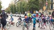 Video: Cấm xe cơ giới để trẻ em đạp xe, trượt patin đến trường