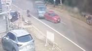 Video: Xe tải gây tai nạn liên hoàn, tông sập nhà dân, ủi ôtô bay lên lề đường