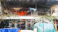 Video: Cháy kho chứa dụng cụ tiệc cưới, lan sang 2 nhà dân ở Bình Chánh
