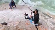 Video: Dùng khăn, áo cột thành dây, cứu được hai người kẹt dưới vách đá