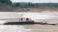 Video: Cứu 7 người mắc kẹt trên ụ nổi giữa sông Thạch Hãn
