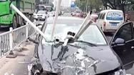 Video: Tài xế ngủ gật, ô tô cày dải phân cách tung tóe