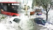 Video: Mưa lũ ầm ầm đổ vào thành phố ở Ý, đường phố, cửa hàng, quảng trường chìm trong nước