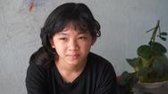 Mẹ mất vì COVID-19, ba mù chữ, chị Hai lớp 4 phải tự học và dạy cho em trai