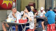 Video: Hàng quán ở TP.HCM trong ngày đầu bán ăn uống tại chỗ