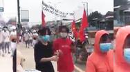 Video: Khởi tố vụ 70 người kéo nhau đến UBND xã đòi tiền hỗ trợ ở Tiền Giang