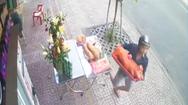 Video: Chủ nhà chưa kịp thắp hương, 'cô hồn sống' đã rinh heo quay chạy mất
