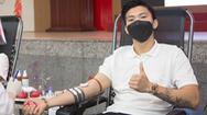 Video: Cầu thủ Đoàn Văn Hậu kín khẩu trang đi hiến máu trong mùa COVID-19