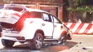 Video: Ôtô lao vào dải phân cách, lộn nhiều vòng