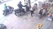 Video: Người phụ nữ thất thần khi chiếc SH 'không cánh mà bay' trong chớp mắt