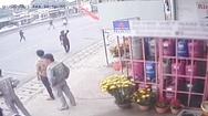 Video: Đánh rơi 59 triệu đồng, hoảng hốt đăng clip tìm 'người đã nhặt hộ'