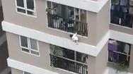 Video: Bé gái 3 tuổi ở Hà Nội rơi từ tầng 12 xuống đất, một nam thanh niên nhoài người cứu được